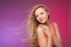 Flicka med långt hår på regnbågebakgrund Linda i ditt hår Blondin Arkivbilder