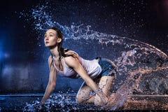 Flicka med långt hår under photoshoot med vatten i fotostudio royaltyfria foton