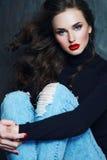 Flicka med långt lockigt hår i en svart halvpolokrage Royaltyfria Bilder