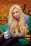 Flicka med långt vitt hår i höstskog royaltyfri foto