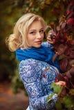 Flicka med långt vitt hår i höstskog fotografering för bildbyråer