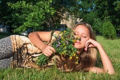 Flicka med lösa blommor Fotografering för Bildbyråer