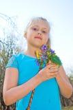 Flicka med lösa blommor Arkivbild