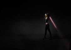 Flicka med laser-svärdet Royaltyfri Bild