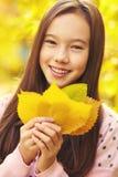Flicka med Leaves arkivfoton
