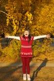Flicka med Leaves royaltyfri bild