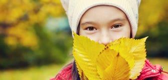 Flicka med Leaves royaltyfria foton