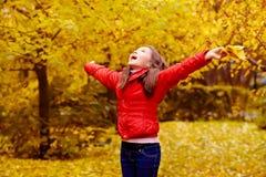 Flicka med Leaves royaltyfria bilder