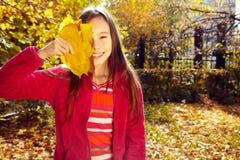 Flicka med Leaves fotografering för bildbyråer