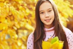Flicka med Leaves royaltyfri foto