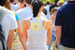 Flicka med leende på T-tröja Royaltyfria Foton