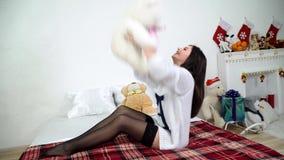 Flicka med leksaken på soffan arkivfilmer