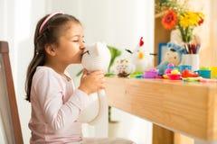 Flicka med leksakkatten royaltyfri fotografi