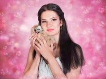 Flicka med leksakugglan Fotografering för Bildbyråer