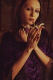 Flicka med liljan Royaltyfri Bild