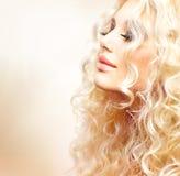 Flicka med lockigt blont hår Fotografering för Bildbyråer