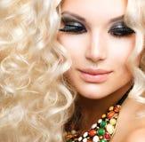 Flicka med lockigt blont hår Arkivfoton