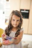 Flicka med målade händer arkivfoton
