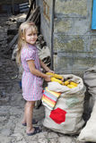 Flicka med majskolvar av havre Arkivbilder