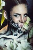 Flicka med makeup för allhelgonaafton skräck Fotografering för Bildbyråer