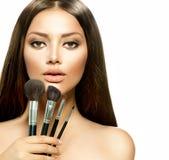 Flicka med makeupborstar Fotografering för Bildbyråer