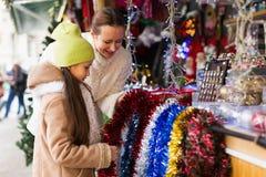 Flicka med mamman i marknad Royaltyfri Bild
