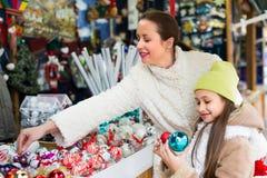 Flicka med mamman i marknad Fotografering för Bildbyråer