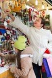 Flicka med mamman i marknad Royaltyfria Bilder