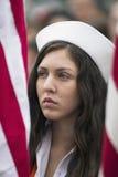 Flicka med marinhatten och USA-flaggor på den Memorial Day händelsen 2014, Los Angeles nationell kyrkogård, Kalifornien, USA royaltyfri foto