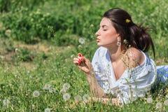 Flicka med maskrosen Royaltyfria Bilder