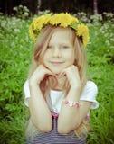 Flicka med maskrosen fotografering för bildbyråer