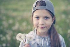 Flicka med maskrosor Arkivfoto