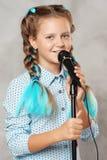 Flicka med mikrofonen arkivbild