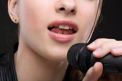 Flicka med mikrofonen Arkivfoto