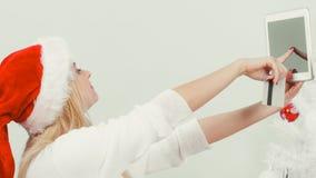 Flicka med minnestavlakreditkorten som gör online-shopping Royaltyfria Bilder