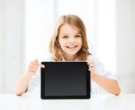 Flicka med minnestavlaPC på skolan Arkivfoton