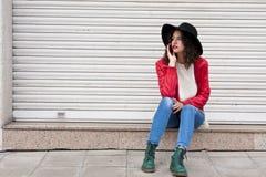 Flicka med mobil Royaltyfria Bilder