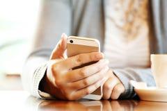 Flicka med mobil Fotografering för Bildbyråer