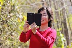 Flicka med mobiltelefon Royaltyfri Foto