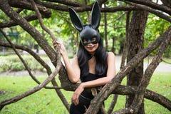 flicka med mode för öra för easter kanin arkivbild