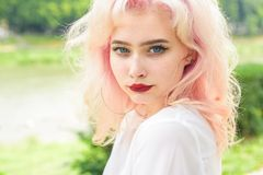 Flicka med modemakeup Hårförlust och omsorg Skönhetsalong och frisör Makeupskönhetsmedel och skincare Mode royaltyfria bilder