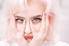Flicka med modemakeup Makeupskönhetsmedel och skincare Hårförlust och omsorg Skönhetsalong och frisör Mode royaltyfri fotografi