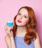 Flicka med muffin Arkivfoton