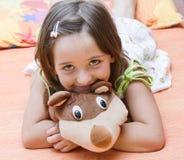 Flicka med nallebjörnen Arkivfoton