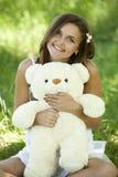 Flicka med nallebjörnen i parken Arkivfoton