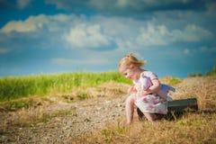 Flicka med nallebjörnen på naturbakgrund Fotografering för Bildbyråer