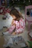 Flicka med nya kängor för julgåva royaltyfria bilder