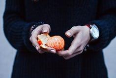 Flicka med nytt år för tangerin Royaltyfri Bild