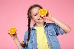 Flicka med orange frukt royaltyfri foto