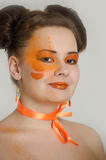Flicka med orange makeup Arkivbild